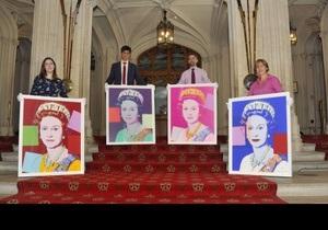 Елизавета II купила четыре своих портрета кисти Энди Уорхола