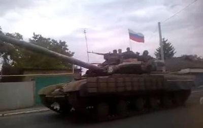 По Енакиево проехала колонна военной техники под российскими флагами