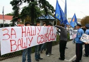 Посольство России в Киеве пытались окружить колючей проволокой, есть задержанные