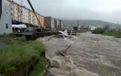 В Магадане прошел рекордный ливень: в реку смыло два самолета