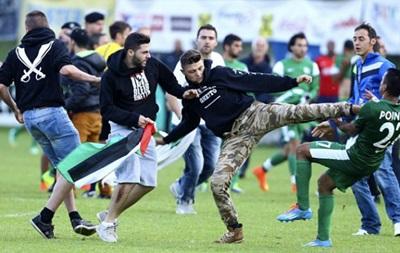 Фанаты с флагами Палестины напали на израильских игроков во время матча