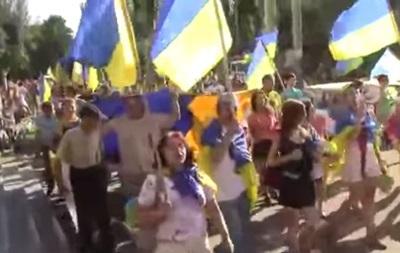 В центре Краматорска жители спели повстанческую песню  Лента за лентою