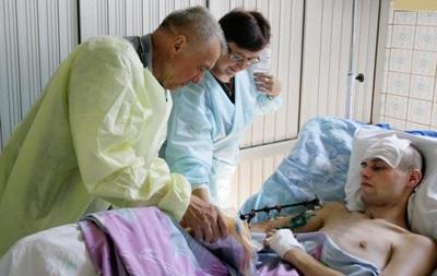 ФФУ подарила раненым солдатам форму сборной Украины (фото)