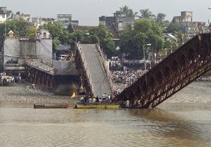 В Индии при обрушении моста погибли более 30 человек
