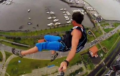 В Панаме экстремалы прыгнули с небоскреба высотой 250 метров