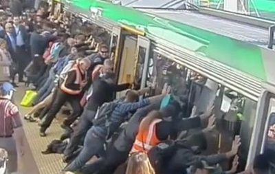 В Австралии пассажиры наклонили поезд, чтобы спасти застрявшего мужчину