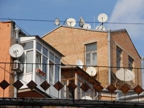 В Киеве неизвестные пытаются разобрать крышу жилого дома