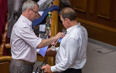 Нардеп вытер пятно на рубашке коллеги в Раде госфлагом Украины