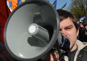 Под ВР митингуют студенты: одни требуют отставки Табачника, другие - поддерживают министра