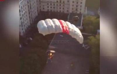 Повесивший флаг Украины на московскую высотку спрыгнул с нее с парашютом - СМИ
