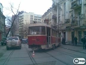 Сегодня утром в центре Киева трамвай сошел с рельс