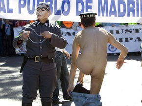 Фотогалерея: Голый полицейский протест