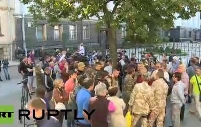 Под Администрацией Президента бойцы Айдара требуют выдать им тяжелое вооружение