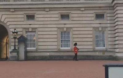 Караульного Букингемского дворца накажут за смешную походку