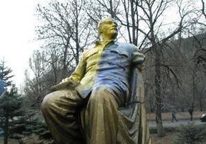 В Донецкой области памятник Ленину раскрасили в цвета украинского флага