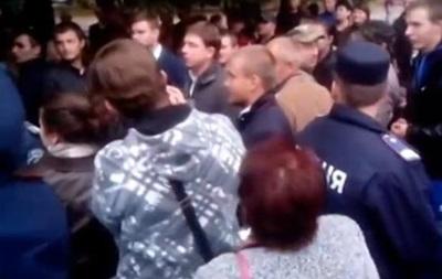 Жители Знаменки выгнали из города кандидата в депутаты Олеся Довгого