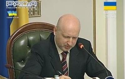 Турчинов подписал закон о люстрации и передал его Порошенко
