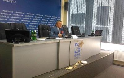Экс-генпрокурора Махницкого забросали тортами во время пресс-конференции