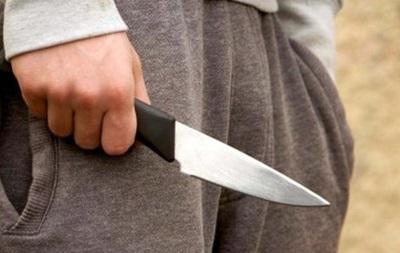 В Киеве на Подоле неизвестный на остановке зарезал мужчину