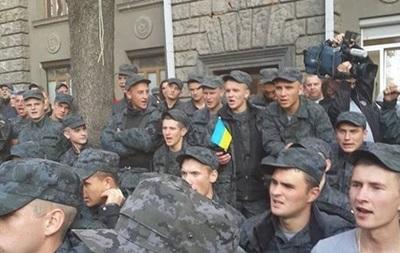 Митингующих под АП солдат призвали разойтись, пообещав выплатить премии