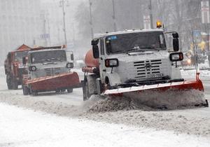 Киевавтодор израсходовал половину стратегического запаса соли для дорог