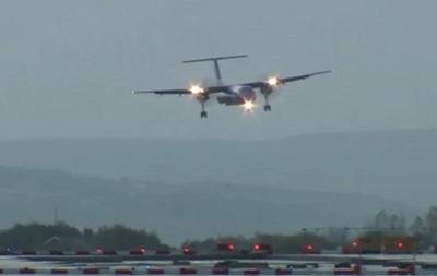 Сильный ветер раскачивает самолеты в британском аэропорту