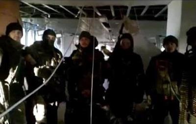 Кіборги  підняли прапор України і звернулися до сепаратистів