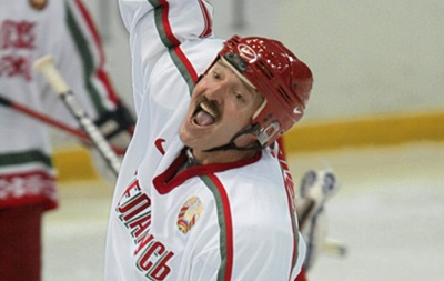 И на льду непобедим. Лукашенко сыграл в хоккей