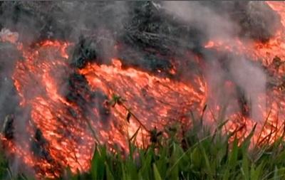Вулкан на Гавайях: поток лавы наступает на маленький городок