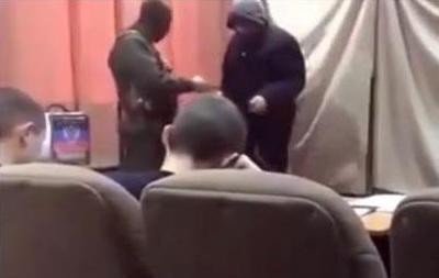 Выборы  в ДНР: вооруженные люди проверяли бюллетени у проголосовавших