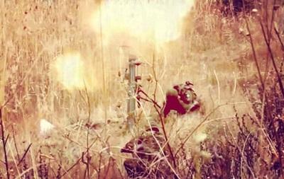 В батальоне Азов показали, как стреляют из миномета под Мариуполем
