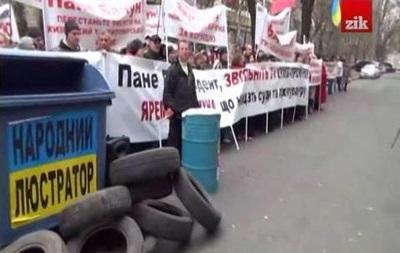Працівники житомирської фабрики пікетують ГПУ зі сміттєвими баками і шинами