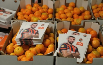 Помаранчеве щастя: Капітан Шахтаря передав дітям Донецька 20 тонн мандаринів