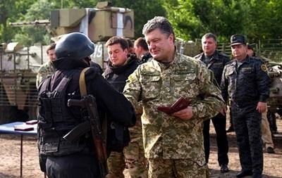 Порошенко наградил орденами и медалями 238 военных