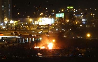 В Киеве противники стройки снова снесли забор и разожгли костер