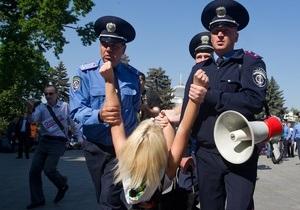 Фотогалерея: Весеннее обострение. Милиция задержала активисток FEMEN, пытавшихся сорвать марш протеста под Радой