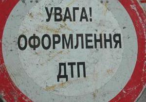 В Киеве грузовик врезался в легковой автомобиль