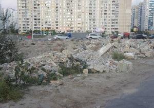 На Позняках в озеро на проспекте Григоренко начали свозить строительный мусор - очевидец