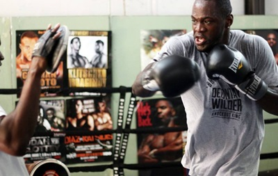 Знаменитый боксер разбил вентилятор в обмен на  лайки  в соцсети