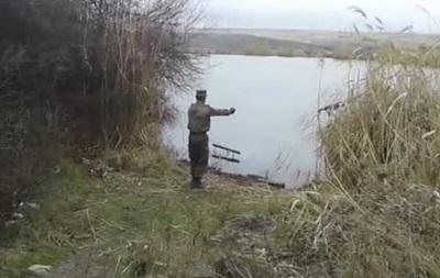 Риболовля в зоні АТО: військові зняли на відео, як кидають гранати в ставок