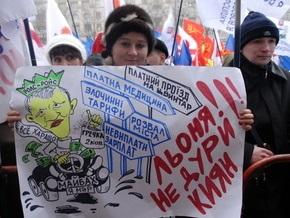 Под киевской мэрией раздают гречку