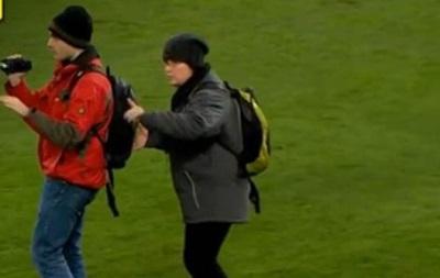 Фанаты гуляли по полю во время матча Лиги чемпионов Базель - Реал