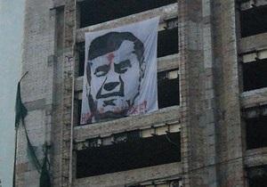 новости Киева - Янукович - В центре Киева появился плакат Януковича с красной точкой во лбу