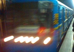 На станции киевского метро Олимпийская на рельсы упал мужчина