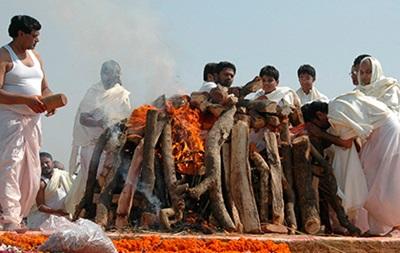 В Индии мужчина очнулся на костре для кремации