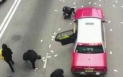Жители Гонконга набросились на деньги из попавшей в ДТП машины инкассаторов