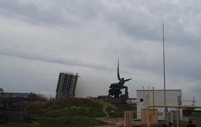 В Севастополе взрывают высотку: здание устояло, но наклонилось