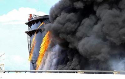 В ливийском порту загорелись три нефтехранилища