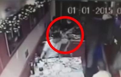 В Алчевске в новогоднюю ночь  ополченцы  избили посетителя кафе