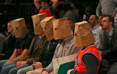 Американські вболівальники дивилися матч своєї команди в пакетах на голові